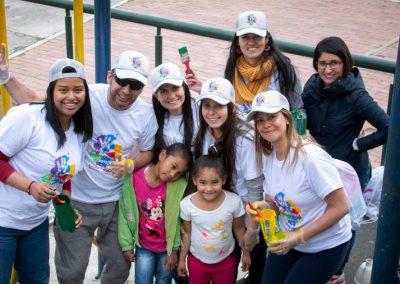 Niños y Voluntarios pintando Scotiabank Colpatria