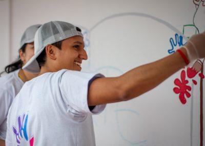 Voluntario pintando Scotiabank Colpatria